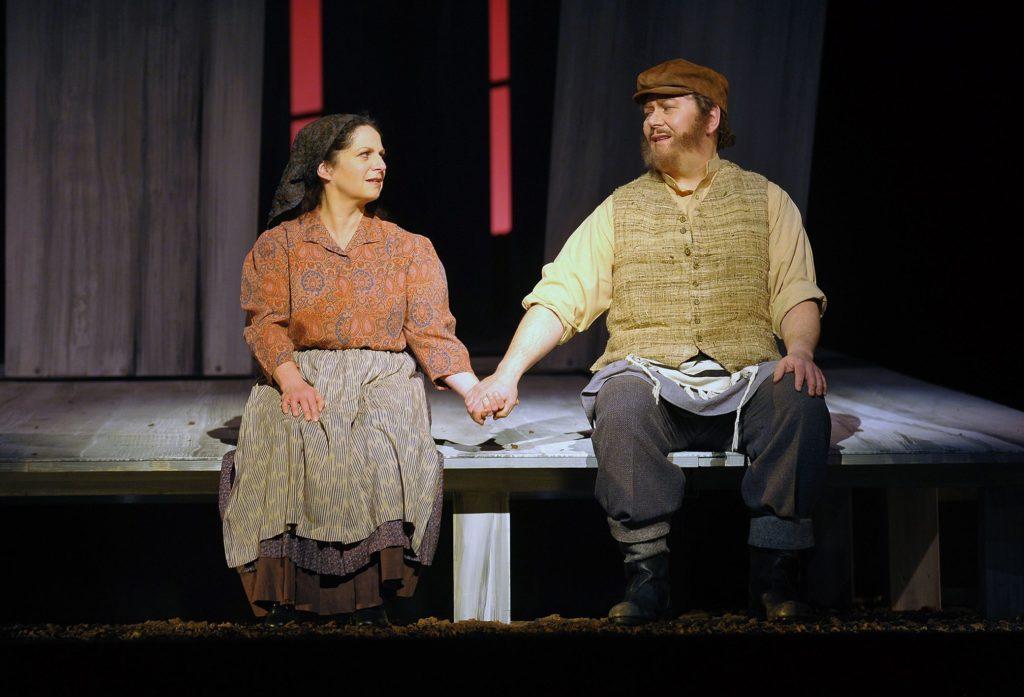 Tevje (Henning Kohne) und Golde (Astrid Vosberg) in Anatevka am Pfalztheater Kaiserlautern