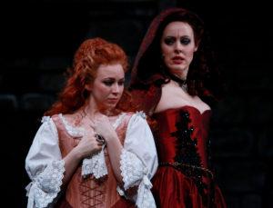 Joanna Nora Lissai als Constance Bonancieux und Anna Thorén als Milady de Winter