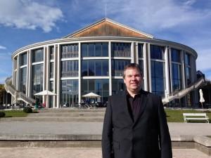Benjamin Sahler vor dem Festspielhaus