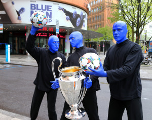 Blue Man Group mit Champions League Pokal