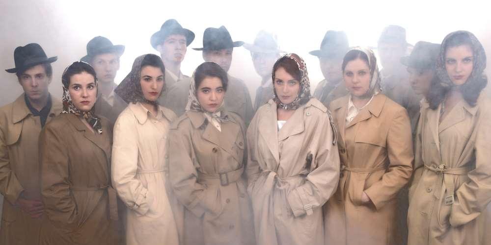Komplettes Cast im Trenchcoat