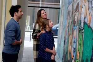 Dana und Emma Schweiger an der Mauer