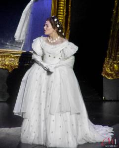Elisabeth (Roberta Valentini) im Sternenkleid