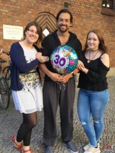 Max Mann mit Annika und Lisa