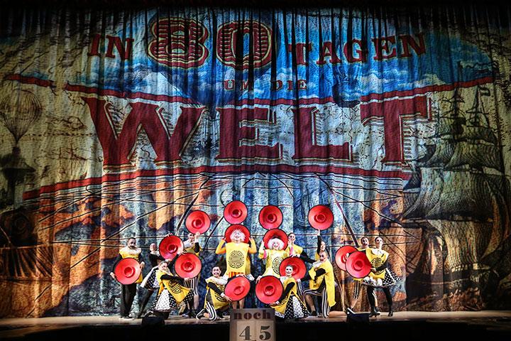 Der Vorhang des Musicals in 80 Tagen um die Welt