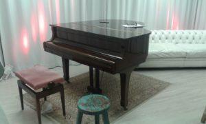 Klavier und weisse Ledercouch