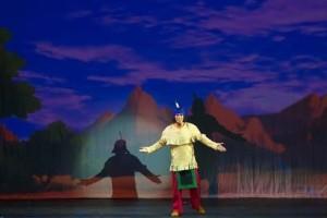 Manuel Lopez als Yakari auf der Buehne