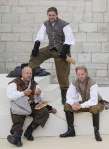 Ein gutes Team: Die drei Musketiere Porthos (Mario Gremlich, links), Athos (Udo Eickelmann, Mitte) und Aramis (Veit Schäfermeier). ©Hillebrecht/Die Foto-Maus
