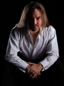 Sascha Krebs im weißen Hemd
