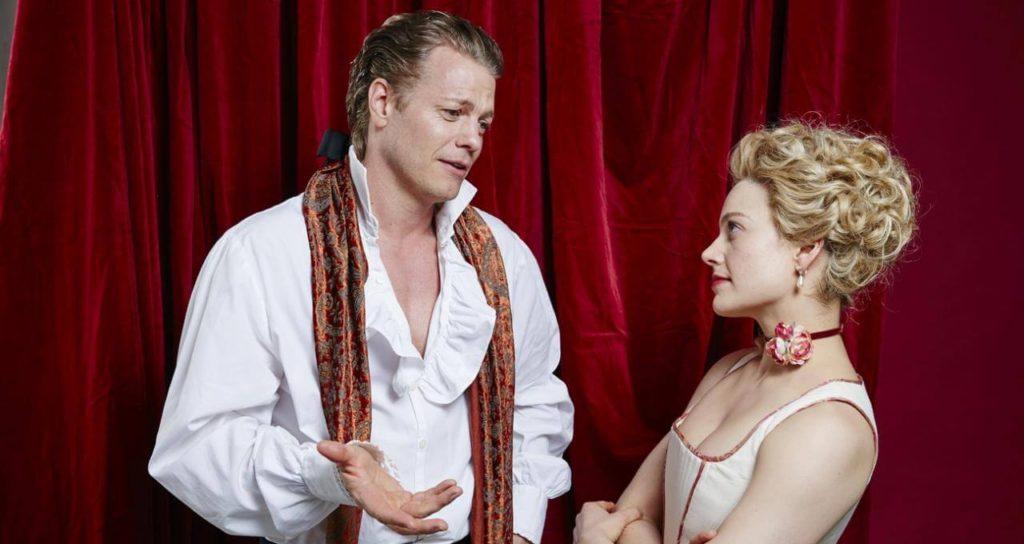 Emanuel und Eleonore sehen sich an