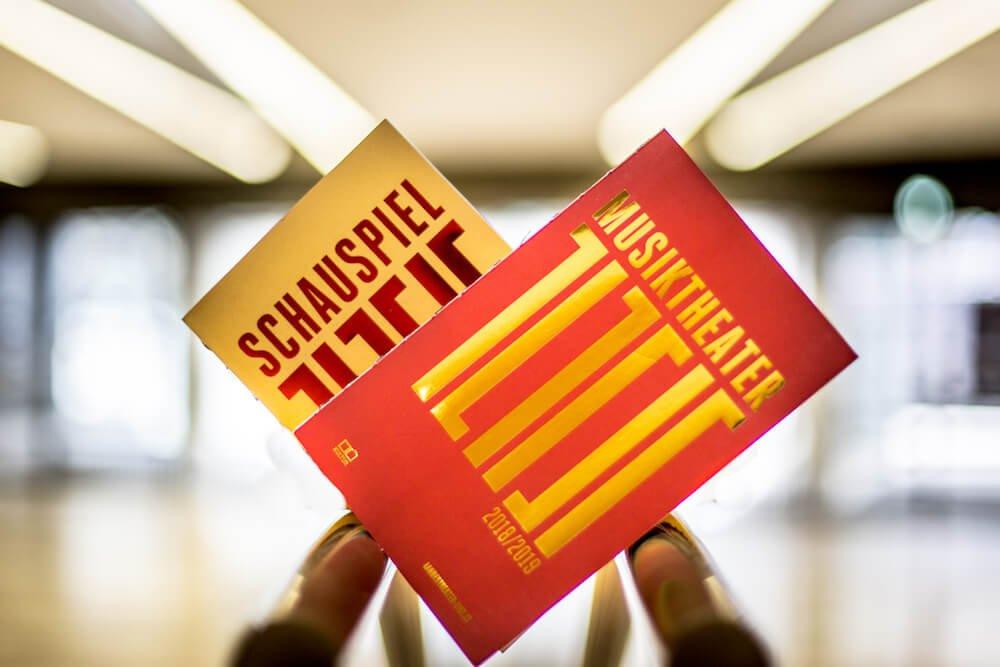 Ein Bild des neuen Spielzeithefts 2018/2019 des Landestheaters Linz
