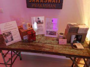 Tisch Shanti Tasse und Album