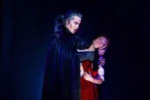 Mark Seibert als Graf von Krolock, Veronica Appeddu als Sarah