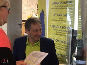 Verwaltungsleiter Harald Benz beim Ticketverkauf