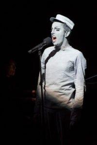 Victor Petersen singt